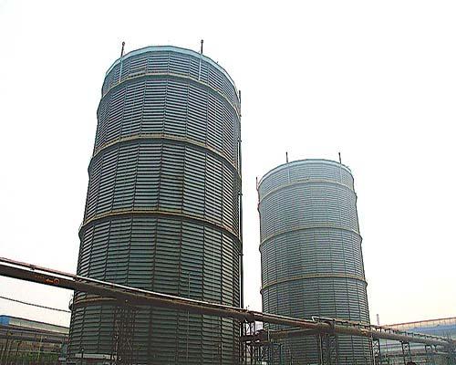 河北唐山钢铁10万m312.5KPa多边型稀油密封高炉煤气柜(左)、10万m3多边型稀油密封焦炉煤气柜(右)