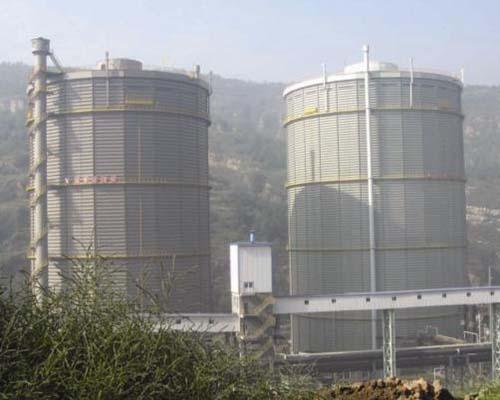 山西中阳钢铁15万m312.5KPa多边型稀油密封高炉煤气柜(右)、10万m3多边型稀油密封焦炉煤气柜(左)